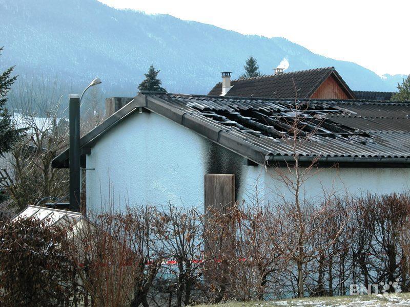 les flammes percent le toit d 39 une maison b vilard rtn votre radio r gionale. Black Bedroom Furniture Sets. Home Design Ideas