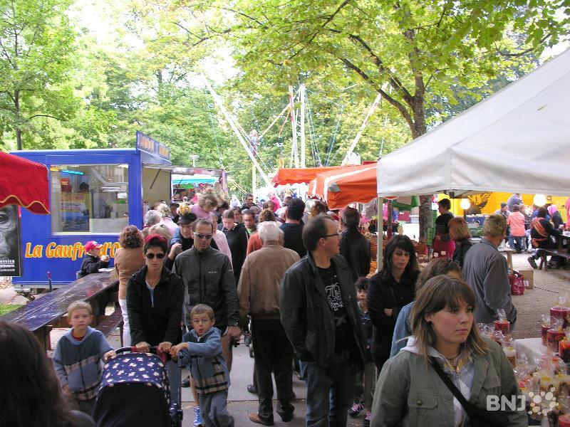 Le jardin anglais attire la foule rtn votre radio r gionale for Brocante jardin anglais